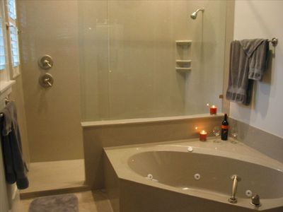 MBR Luxury Shower -- Rain and pulse shower heads -- SEAT.