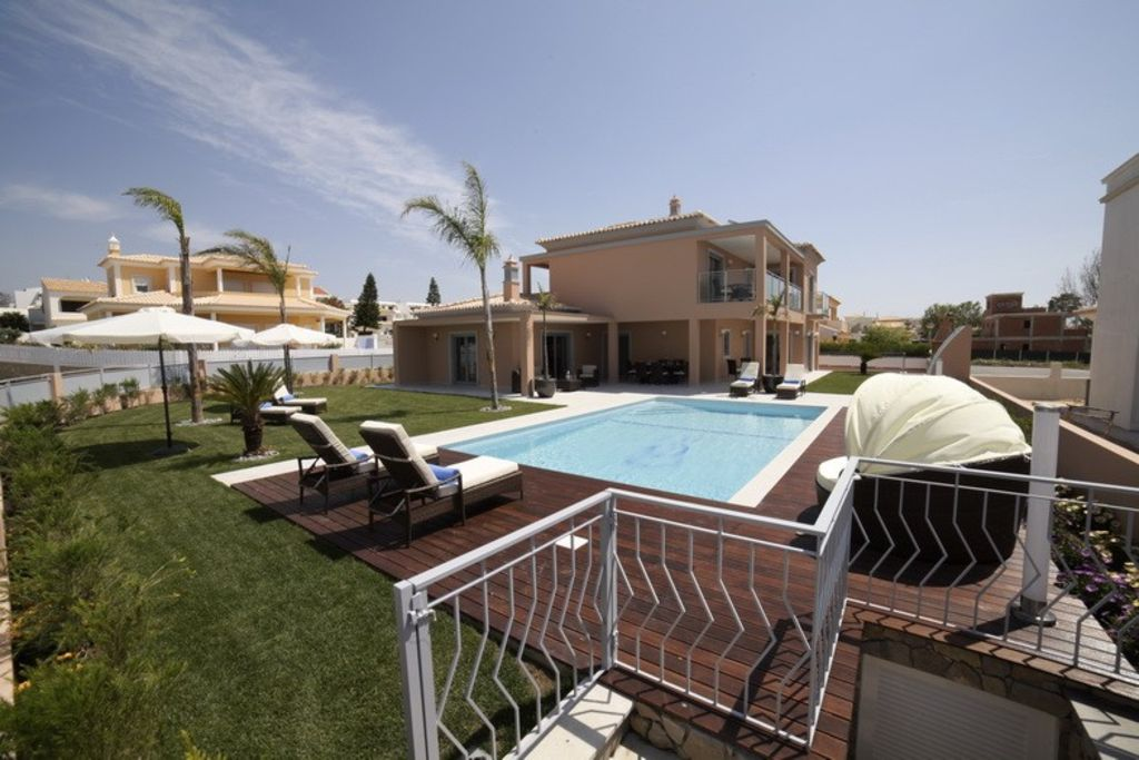 Luxury villa - 200 meters from galé Beach- wifi, air cond.clean service incl.