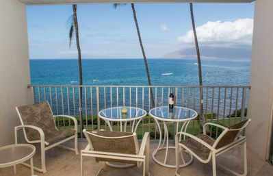 Exquisite lanai right on the ocean. View ocean life, kayaks, snorkeling, sunsets