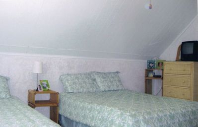 2nd fl bedroom with 1 queen size bed and 3 twin size beds (pix 1)