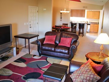 Old Town Scottsdale condo rental - BIG SCREEN LIVING ROOM WITH DIRECT TV HIGH SPEED INTERNET & 30 INCH IN MASTER