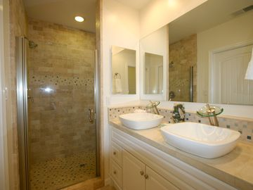 Huge Luxurious Master Bath w/ dual sinks, large walk-in shower in travertine.