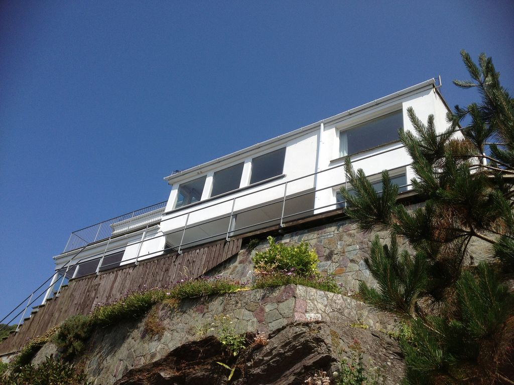 E10071 large modern house in polperro with outstanding for Big modern house tour