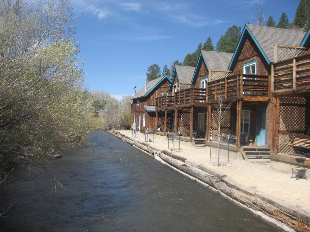 River retreat cabin 3 right on the river vrbo for Red river new mexico fishing