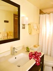 Lahaina condo photo - Remodeled bath with walk-in shower
