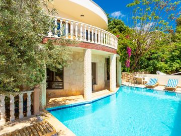 Villa Poppy: Large Private Pool, Walk to Beach, A/C, WiFi, Car Not Required, Eco-Friendly