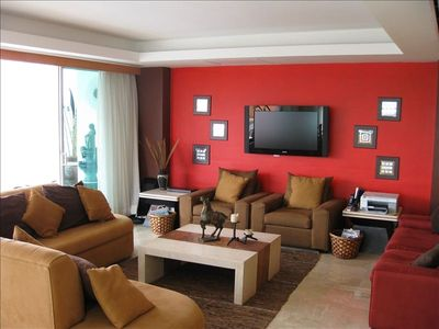 Living Room with seating for your whole group!!