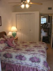 El Centro Beach cottage photo - Nice Queen Bed with matching Dresser & Night stand