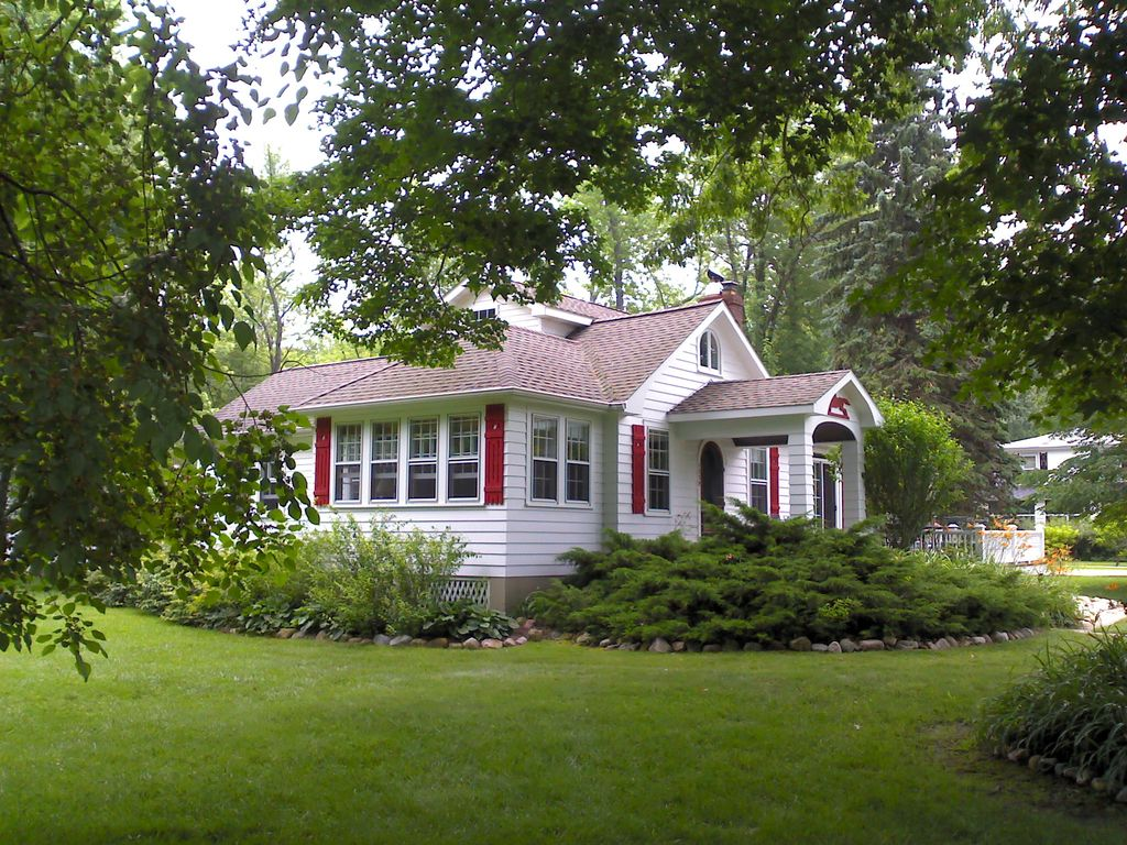 Lake michigan cottage located between saugatuck and south for Vacation cottage