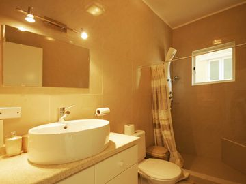 D4 Master bathroom