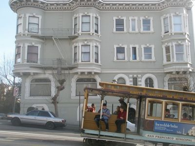 Historic cable car on California St.
