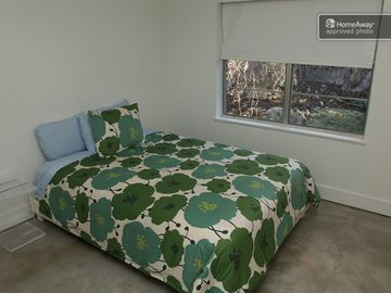 guest bedroom/gueen