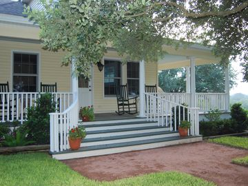 Brenham farmhouse rental - Skip's Texas Ranch, LLC 3200 SF, great views, spring fed pond, woods, creekbed