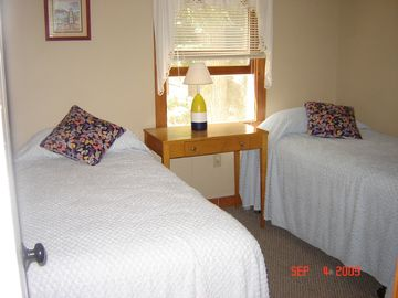 Bedroom 2: twin beds