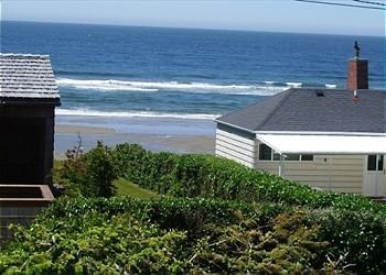 Across from Ocean Front row,great views & quick beach access. Livingroom vie