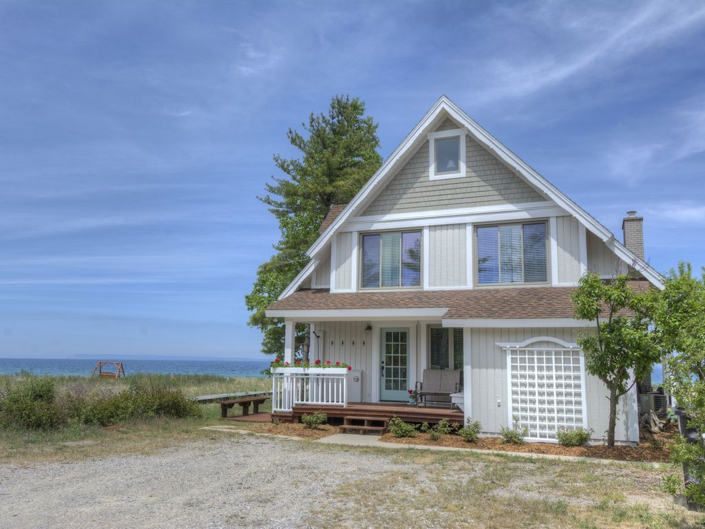 Lake michigan cottage on sleeping bear bay vrbo for 10 bedroom vacation rentals in michigan