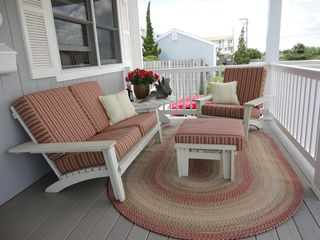 Avalon cottage photo - Comfortable deck furniture with cozy outdoor carpet