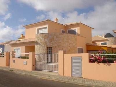 House with pool, barbecue, 4 bedrooms sleeping, air conditioning in the room and suite.