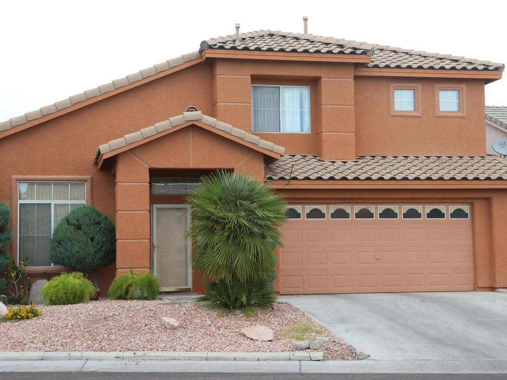 2 story house 4 bedroom with 2 master and 3 1 2 bathroom with a swimming pool 2 master bedroom homes rent las vegas