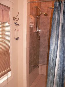 Ottawa condo rental - Shower with double head and adjustable one Douche avec 2 têtes dont l'une ajusta