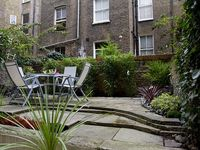 2 Bedroom Garden Flat, 3min to Tube and 10min Tube to City