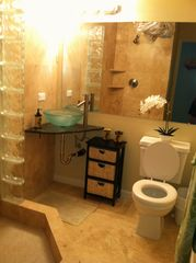 Haleiwa condo photo - renovated hallway bath in travertine