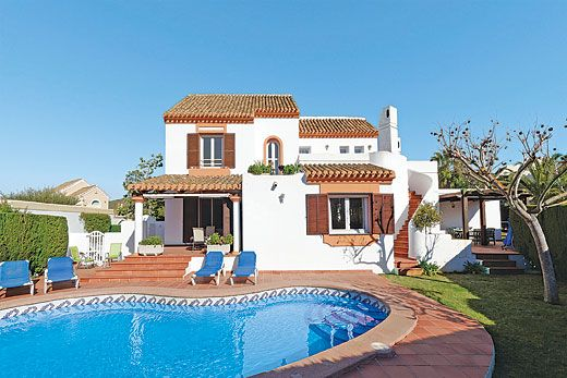 Stunning villa seconds away from a golf course w/ aircon, Wi-Fi and pool
