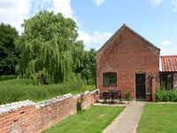 SWEET BRIAR BARN, family friendly in Coltishall, Ref 24423