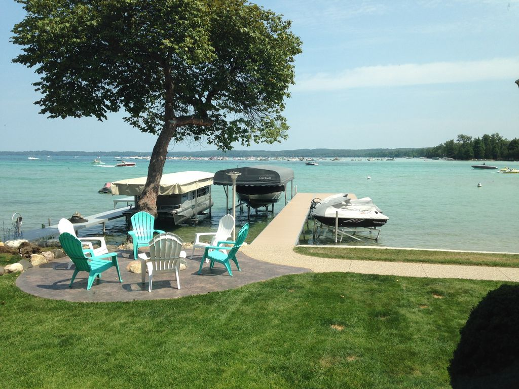 Charming torch lake waterfront cottage vrbo for Waterfront cottage