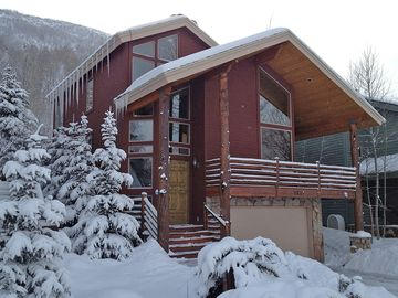Deer Valley house rental - Front of house with large garage for two cars and a driveway for two more cars