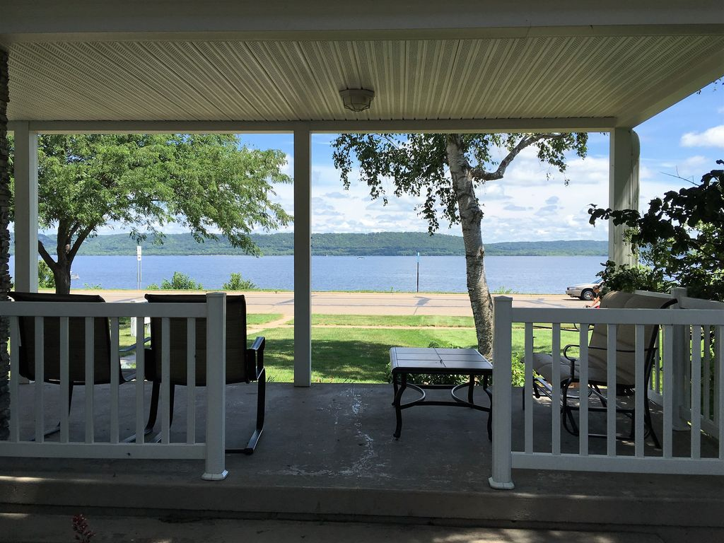 Lake pepin bliss newly renovated luxurious vrbo for Lake pepin cabin rentals
