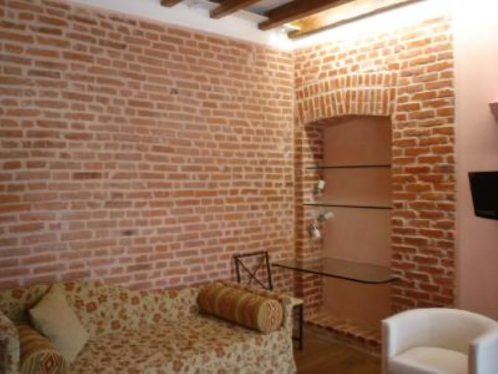 Air-conditioned accommodation, great guest reviews , Milan, Lombardy