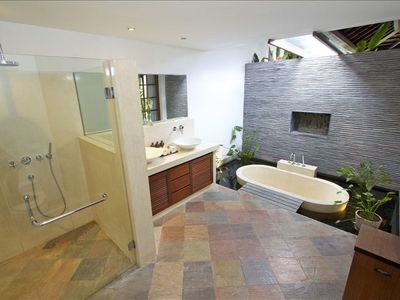 Sanur villa rental - En-suite guest bathroom with unique sunken 'pond-bath'