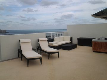 Sunbathe in privacy in your exclusive private rooftop deck w hot tub!!