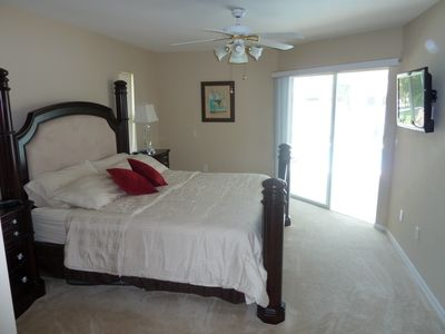VILLA PALM ISLAND Cape Coral - Masterbedroom mit Kingsizebed und Flachbild-TV