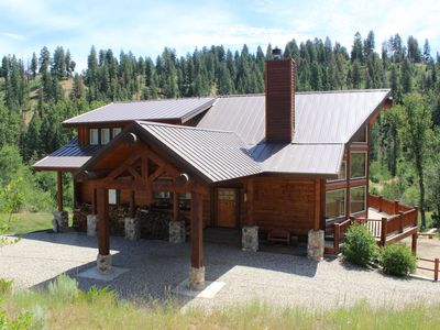 Beautiful Log Cabin, with hot tub overlooking cascading creek
