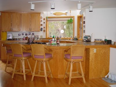 Kitchen and 4-seat counter bar.