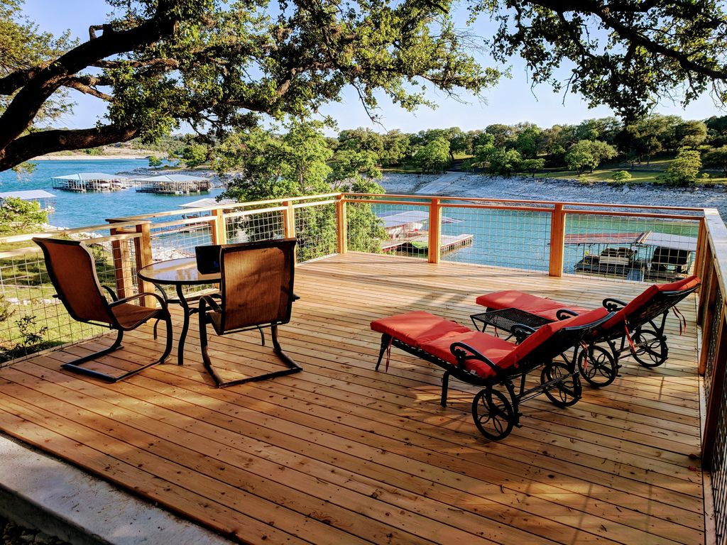 Renovated Lake House Sleeps 11 with boat ramp access….Make Family Memories!!!