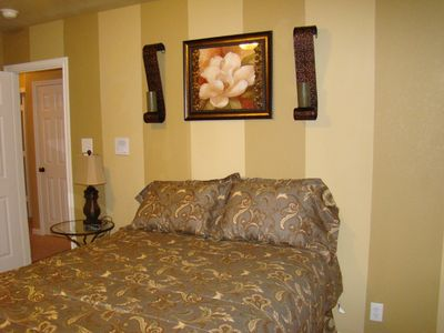 Stripes Room, Queen Bed & 22' Flatscreen TV