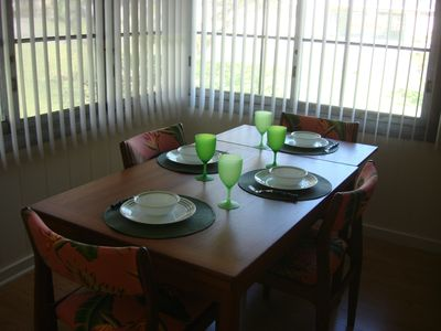 Kailua house rental - Dining table seats 6 and can expand to hold 8.