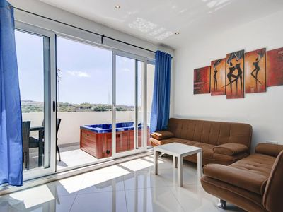 078 Sunny 2-bedroom with Jacuzzi and Seaviews