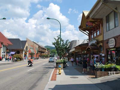 BUSTLING DOWNTOWN GATLINBURG!