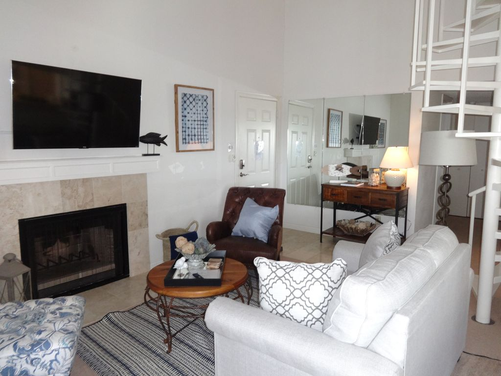 Beautiful LBJ Lakefront Condo in Horseshoe Bay, Cable,Wifi and Boat Docks