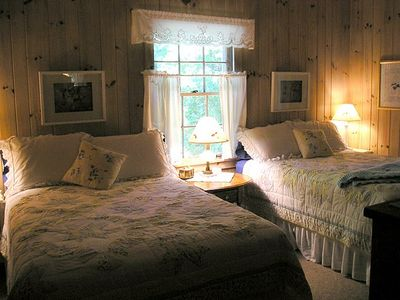 Highlands cottage rental - The guest room with 2 full beds.