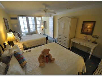 Beautiful Queen Size Suite - Sleeps 5 with Cot in private sitting area.