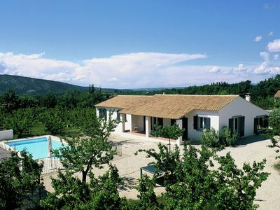 Tastefully furnished villa with fenced private  pool, 9 km from Vaison-la-Romaine