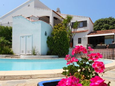 Villa with pool on a special site: countryside in the town, close to the beach