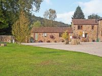 SUTTON BARN, pet friendly, with a garden in Hope Mansell, Ref 7307