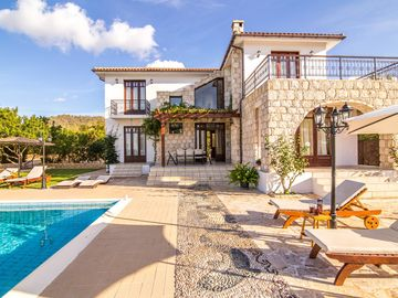 Villa Minoas: Large Private Pool, Walk to Beach, Sea Views, A/C, WiFi, Eco-Friendly