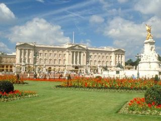 Buckingham Palace - 25 min walk